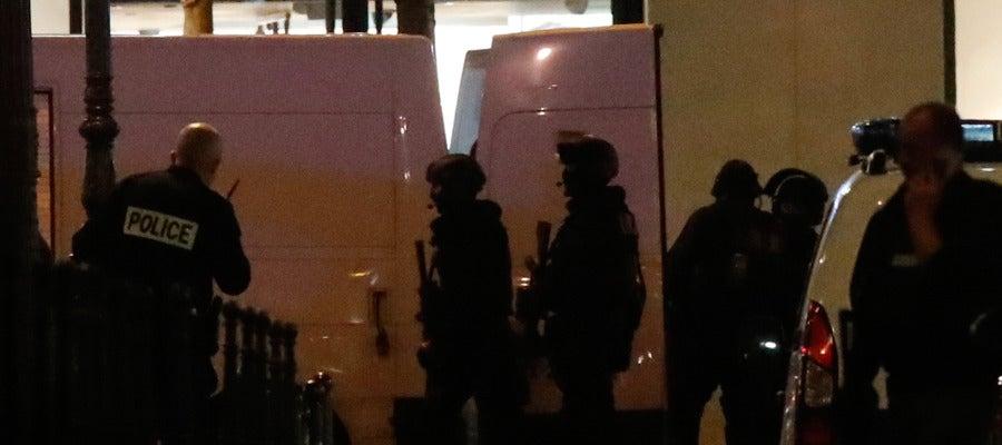 La policía parisina en el lugar del tiroteo