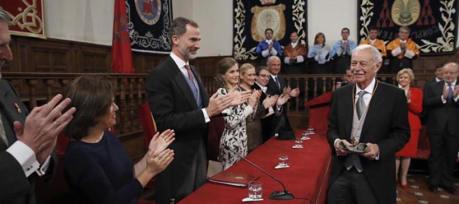 El escritor catalán Eduardo Mendoza, es aplaudido tras recibir hoy el Premio Cervantes de manos de Felipe V