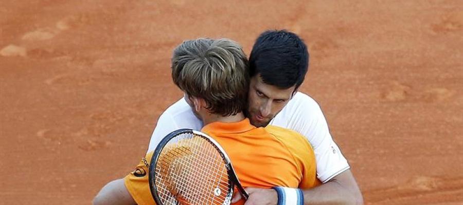 Djokovic abraza a Goffin.