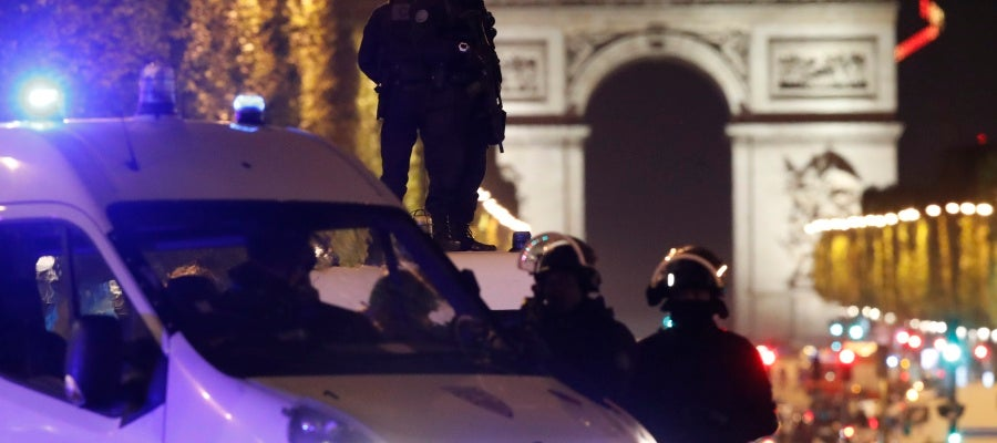 Ataque terrorista en los Campos Elíseos de París