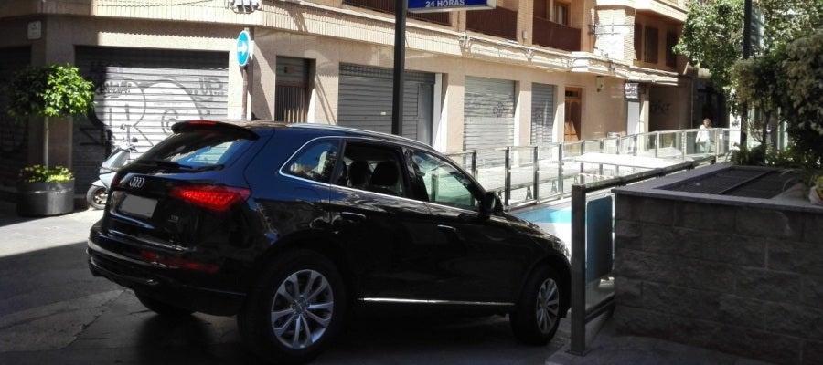 Un vehículo accede al aparcamiento del Gran Teatro de Elche.