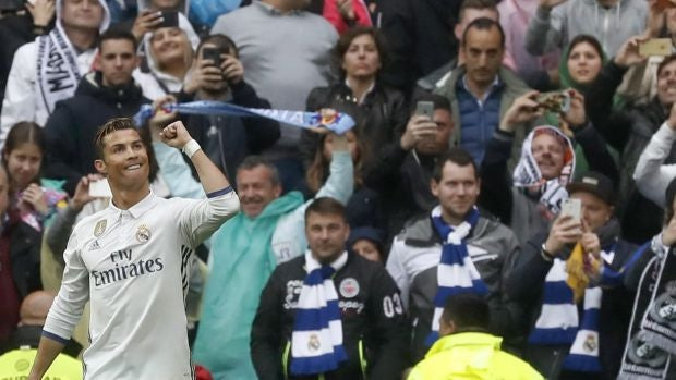 El Real Madrid vuelve a recurrir a la épica para no descolgarse del Barcelona