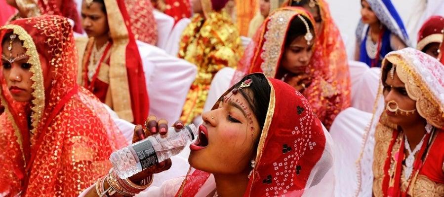 Miles de parejas de la India se casan en el mejor día del año según el calendario hinduista