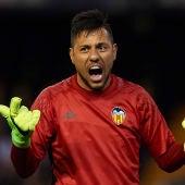 Diego Alves durante un encuentro con el Valencia