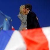 Emmanuel Macron junto a Brigitte Trogneux