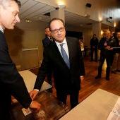 Hollande vota en un colegio electoral