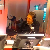 El redactor jefe de Capa Press, Franc Duprat y Carlos Alsina