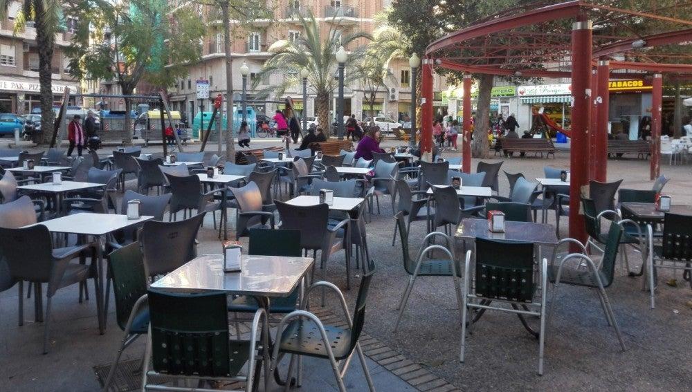 Terrazas de mesas y sillas en una plaza pública de Elche.