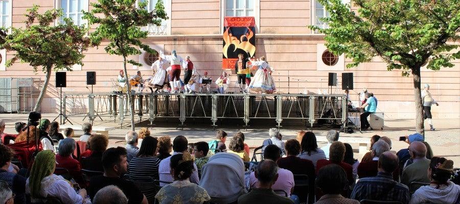 Pocos segundos antes del inicio de las actuaciones, el público agotaba el centenar de sillas situadas en plena calle.