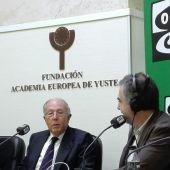 El ganador del premio Carlos V, Marcelino Oreja, durante una entrevista con Carlos Alsina en Yuste