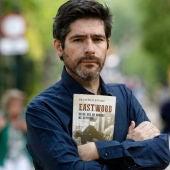 Paco Reyero con el libro 'Eastwood, desde que mi nombre me defiende'