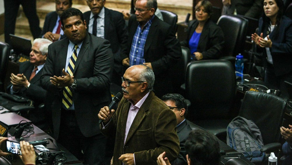 El diputado Ismael García habla durante una sesión de la Asamblea Nacional de Venezuela