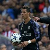 Cristiano Ronaldo y el Cholo Simeone durante el Atlético - Real Madrid