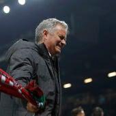 José Mourinho, con la bandera del Manchester United en la mano, celebra el pase a la final de la Europa League