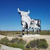 El Toro de Osborne de Santa Pola pintado con figuras que evocan al cuadro Gernica de Picasso.