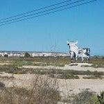 La figura del Toro de Osborne recibe a vecinos y turistas junto a las Salinas de Santa Pola.