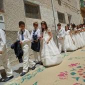 Un grupo de niños haciendo la Comunión