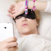 Mirar el móvil durmiendo