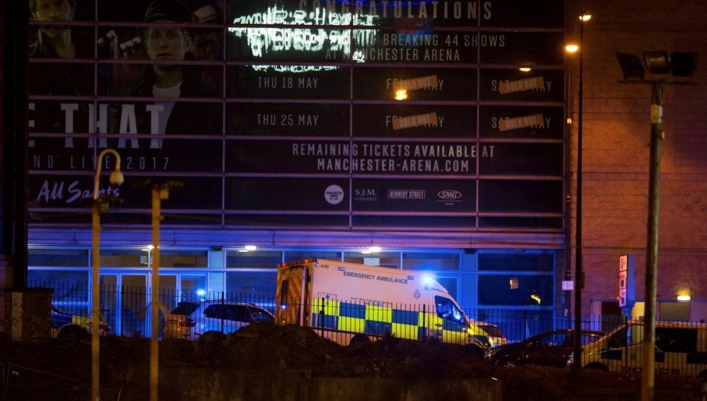 Servicios de emergencia en la entrada del Manchester Arena