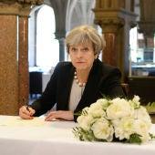 Theresa May visita la ciudad de Manchester tras el atentando que ha provocado 22 víctimas