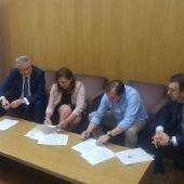 Firma del convenio entre el Ayuntamiento de Elche y la Obra Social 'La Caixa'.