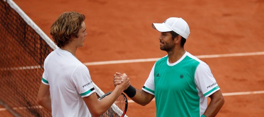 Verdasco saluda a Zverev tras vencerle a Roland Garros