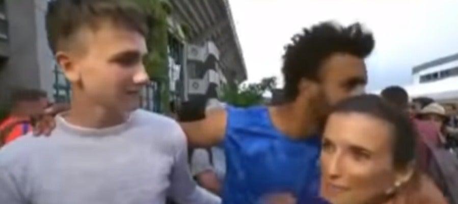 El tenista Hamou, acosando a una periodista