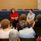 La escritora Care Santos, quien ha presentado su libro 'Media Vida', acompañada del teniente de alcalde de Promoción Cultural, Lluís Pastor.
