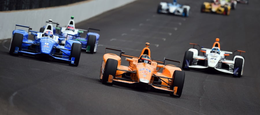 Fernando Alonso, liderando las 500 millas de Indianápolis