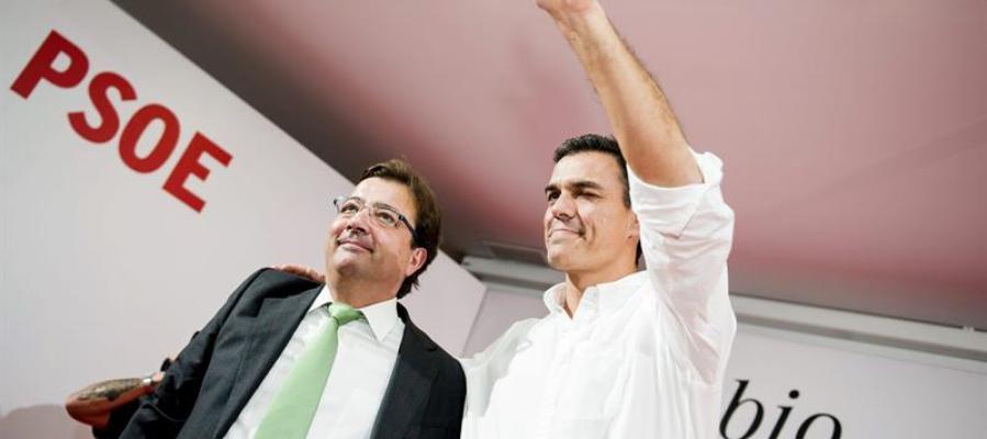 El secretario general del PSOE, Pedro Sánchez (d), junto al presidente de la Junta de Extremadura, Guillermo Fernández Vara