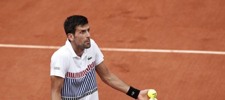 Novak Djokovic conversa con el árbitro durante el partido de tercera ronda de Roland Garros ante el argentino Diego Schwartzma