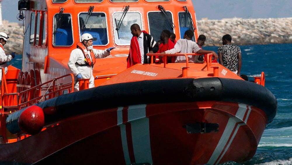 Llegada al puerto de Almería de una patera