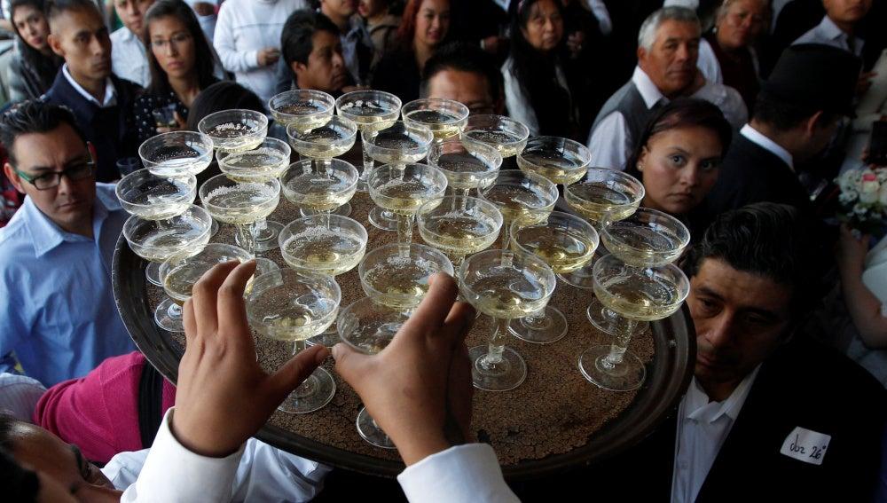 Un camarero llevando copas en una boda