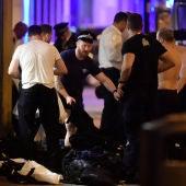 Agentes de policía se cambian para ayudar en las labores de auxilio en el doble atentado de Londres