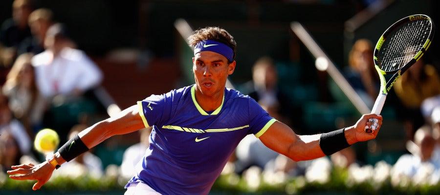 Rafa Nadal intenta llegar a una bola en Roland Garros