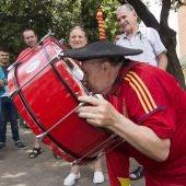 Manolo el del Bombo besa su bombo recuperado junto a su bar en Valencia