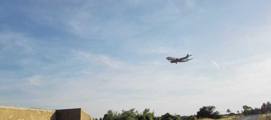 Un avión aterrizando en el Aeropuerto Alicante/Elche.