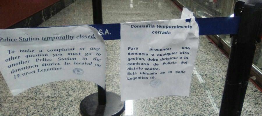 Carteles colocados a las puertas de la comisaría del Intercambiador de Sol, que la Policía ha tenido que abandonar por la ola de calor