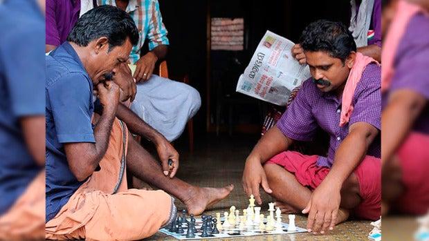 Un niño de 14 años consigue cambiar la adicción de su pueblo por el licor por el ajedrez