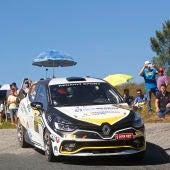 JJ Pérez a los mandos de su Renault Clio, patrocinado por Automóviles Gomis.