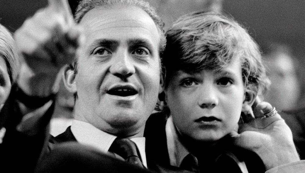 Felipe de Borbón, junto a su padre, el Rey Juan Carlos, en 1977