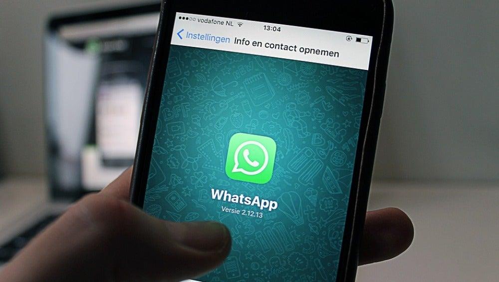 Un usuario con WhatsApp en su móvil