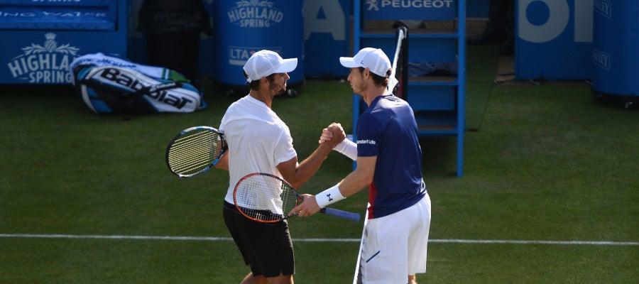 Jordan Thompson y Andy Murray se saludan tras el partido