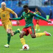 El delantero camerunés Benjamin Moukandjo (d) mueve el balón durante el encuentro que enfrentó a Camerún.