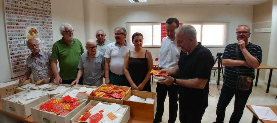 Momento en el que CCOO entrega las fichas de afiliación al director de la Cátedra Pedro Ibarra de la UMH.
