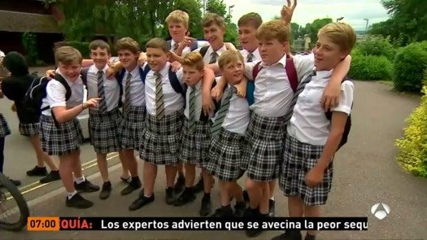 Los niños de un instituto de Reino Unido se ponen falda para no incumplir las normas del centro