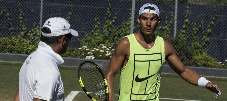 Toni Nadal observa a Rafa en un entrenamiento en Mallorca