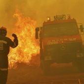 Efectivos de Bomberos en labores de extinción de un incendio