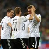 Los jugadores alemanes celebran su triunfo contra México