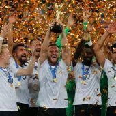 Mustafi levanta la Copa Confederaciones que ganó Alemania.